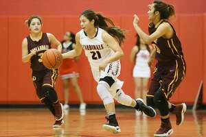 Southside's Desirae Arocha (center) drives the ball between Harlandale's Nisa Delgado (left) and Johannah Aguirre during the first half of their District 29-5A girls basketball game at Southside on Tuesday, Jan. 10, 2017. Arocha scored 18 points to help Southside beat Harlandale 43-39.  MARVIN PFEIFFER/ mpfeiffer@express-news.net