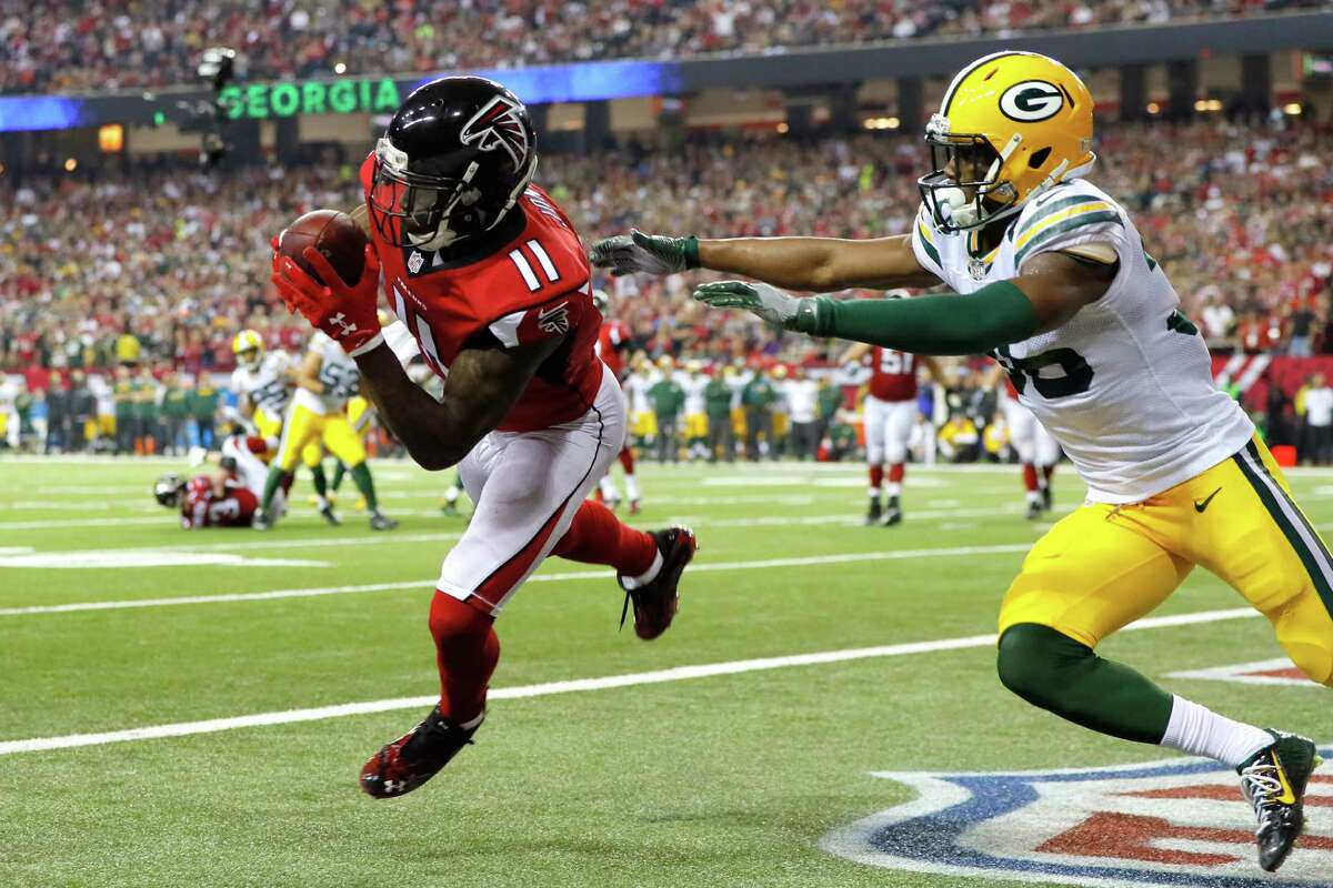 ATLANTA, GA - JANUARY 22: Julio Jones #11 of the Atlanta Falcons catches a 5 yard touchdown pass late in the second quarter against LaDarius Gunter #36 of the Green Bay Packers in the NFC Championship Game at the Georgia Dome on January 22, 2017 in Atlanta, Georgia. (Photo by Kevin C. Cox/Getty Images)