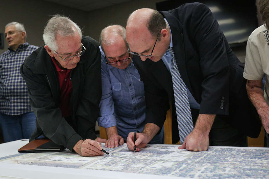 Transport Practice Manager Don Durgin, right, of RPS Klotz Associates, answers questions from Oak Ridge North residents Cleo Tarver, center, and Bill Walter during the city workshop about the widening of Robinson Road Monday night at Oak Ridge North City Hall. Photo: Michael Minasi, Staff Photographer / © 2017 Houston Chronicle
