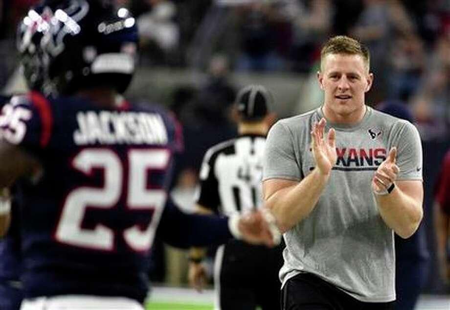 En esta foto de archivo del 24 de diciembre de 2016, el jugador de los Texans J.J. Watt aplaude durante un partido contra los Bengals en Houston. (AP Photo/Eric Christian Smith, File)