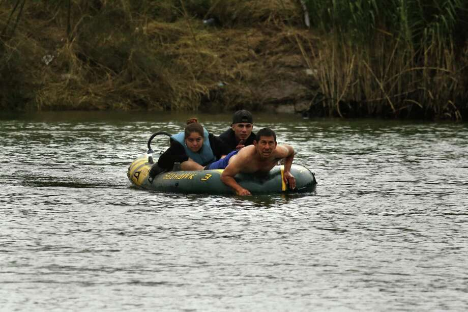 A smuggler tries to bring two people from Miguel Aleman, Mexico, to Roma, Texas in a small rubber raft. Photo: Carolyn Cole, MBR / TNS / Los Angeles Times