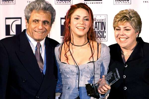 MIAMI BEACH, UNITED STATES:  Pop Album of the Year winning Shakira (C) of Colombia poses with her parents (names unavailable) at the Billboard Latin Music Awards 22 April 1999 at the Fountainebleau Hotel on Miami Beach, FL.    (ELECTRONIC IMAGE) AFP PHOTO Roberto SCHMIDT (Photo credit should read ROBERTO SCHMIDT/AFP/Getty Images)