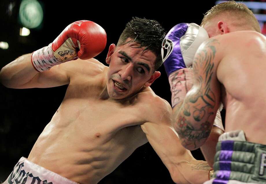 Carl Frampton (right) and Leo Santa Cruz exchange punches in their WBC super featherweight title match at the MGM Grand Arena in Las Vegas on Jan. 28, 2017. Santa Cruz won a majority decision. Photo: John Gurzinski /Getty Images / AFP or licensors