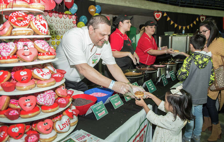 The crowd enjoys samples of food from restaurants in Laredo on Thursday, February 02, 2017 at the Laredo Energy Arena. Photo: Danny Zaragoza/Laredo Morning Times