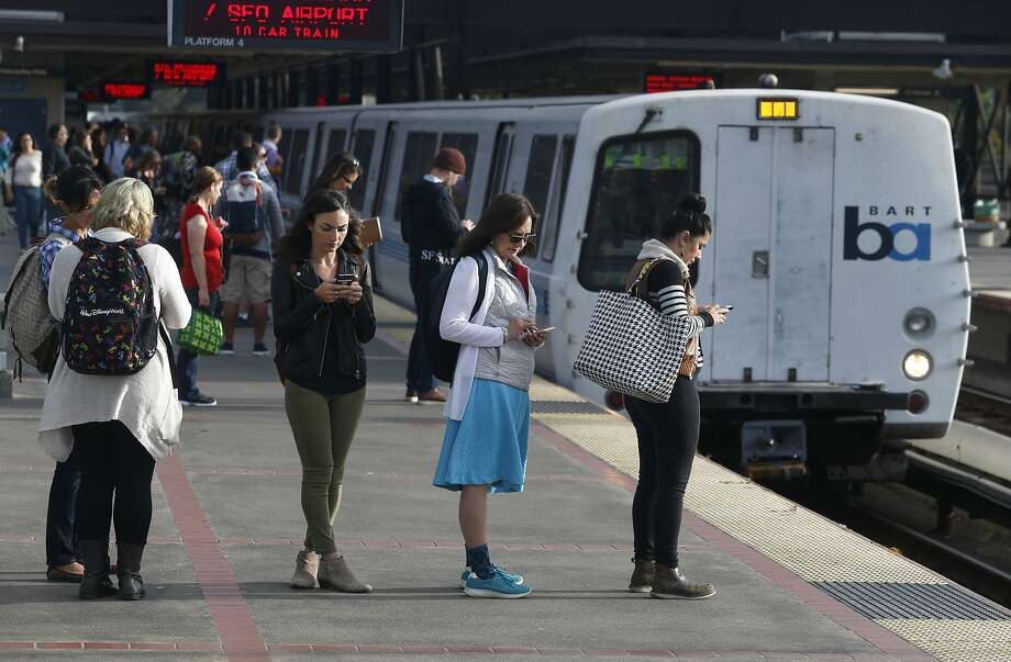 Commuters are lined up to board a San Francisco train at the MacArthur BART station in Oakland, Calif. on Aug. 30, 2016. Photo: Paul Chinn, The Chronicle