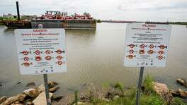 Signs south of the San Jacinto River Waste Pits U.S. EPA Superfund Site warns people not to consume fish from the area Friday, August 26, 2016 in Channelview. ( Michael Ciaglo / Houston Chronicle )