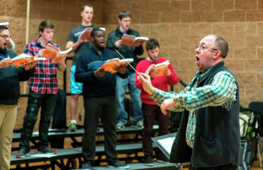 Photo by Mike Randolph | SVSU Kevin Simons, right, Saginaw Valley State University assistant professor of music, leads a class of SVSU student vocalists.
