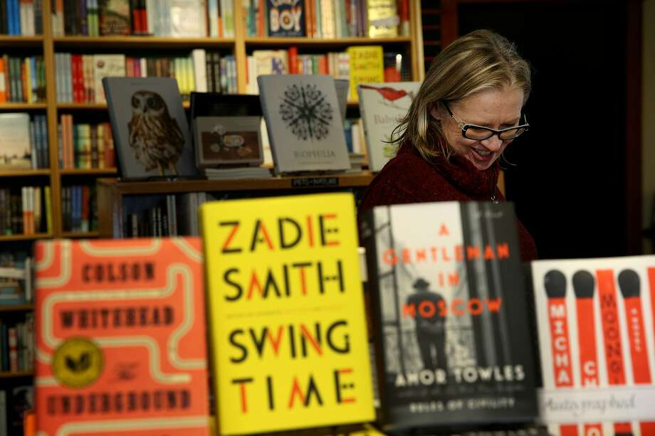 Leslie Berkler, a store manager, organizes books at the new Book Passage in Sausalito. Photo: Santiago Mejia, The Chronicle