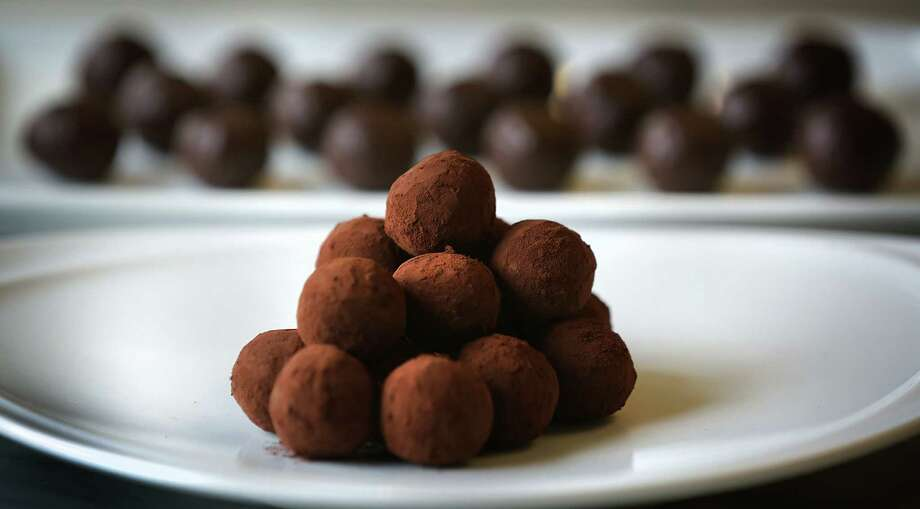 How to make chocolate truffles: A step-by-step guide, with chef Alain  Dubernard, head of the baking and pastry department at the Culinary Institute of  America-San Antonio. Photo: Bob Owen, San Antonio Express-News / ©2017 San Antonio Express-News