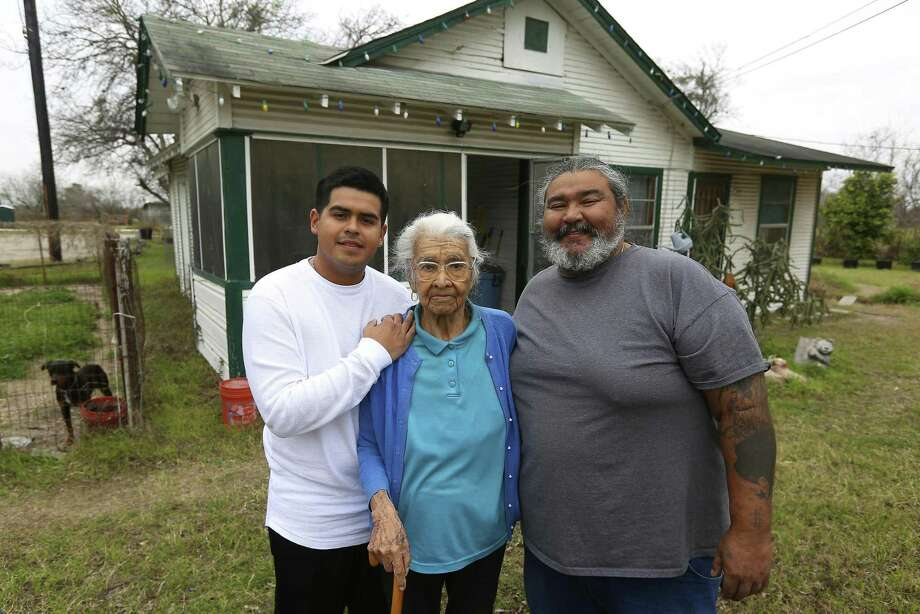 Crisanta Torres (center) worked odd jobs to support her family in the 1940s. Photo: William Luther /San Antonio Express-News / © 2017 San Antonio Express-News