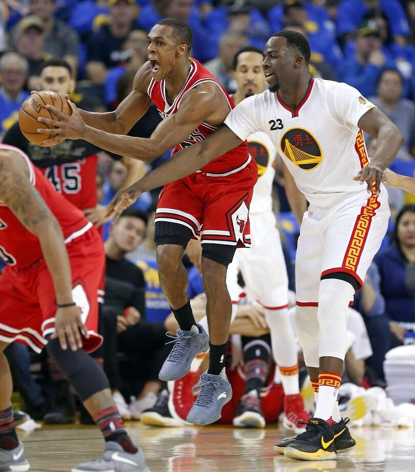 Chicago Bulls' Rajon Rondo steals a pass in front of Golden State Warriors' Draymond Green in 2nd quarter during NBA game at Oracle Arena in Oakland, Calif., on Wednesday, February 8, 2017. Photo: Scott Strazzante, The Chronicle