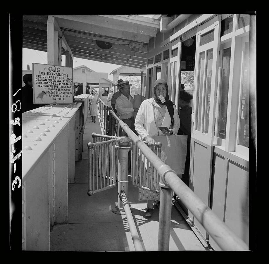 Mexicans entering the United States at the U.S. immigration station in El Paso, Texas, June 1938.  Photo: Dorothea Lange / Library Of Congress