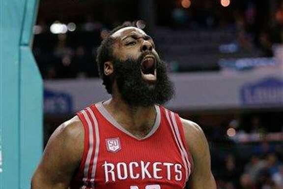 James Harden, de los Rockets de Houston, grita tras recibir una falta en la segunda mitad del encuentro ante los Hornets de Charlotte, el jueves 9 de febrero de 2017. (AP Foto/Chuck Burton)