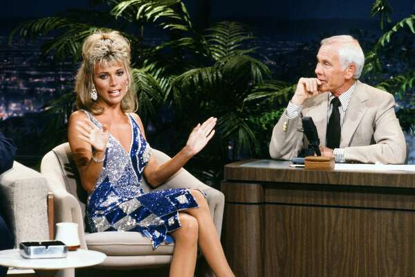 THE TONIGHT SHOW STARRING JOHNNY CARSON -- Aired 09/04/1986 -- Pictured: (l-r) Wheel of Fortune co host Vanna White during an interview with host Johnny Carson on September 4, 1986 -- Photo by: Alice S. Hall/NBCU Photo Bank