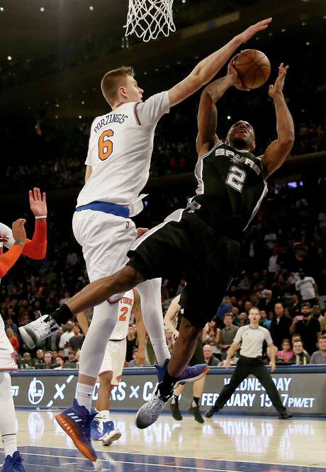 Kristaps Porzingis (6) and the New York Knicks went on the defensive against Kawhi Leonard and the Spurs in Madison Square Garden on Sunday. Photo: Elsa, Staff / 2017 Getty Images