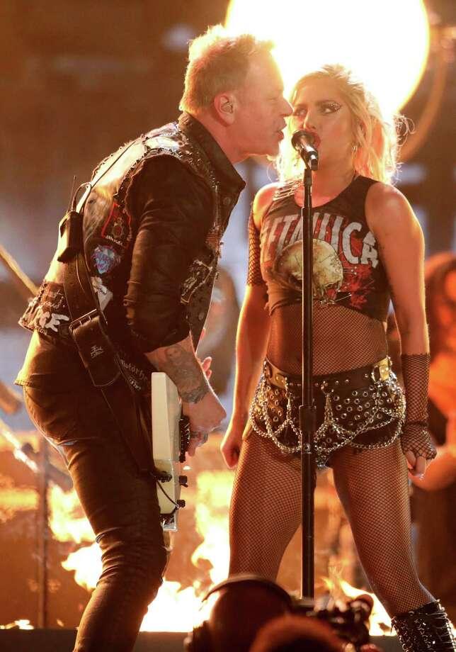 """Lady Gaga y James Hetfield de Metallica cantan """"Moth Into Flame"""" en la ceremonia de los premios Grammy, el domingo 12 de febrero del 2017 en Los Angeles. (Foto por Matt Sayles/Invision/AP) Photo: Matt Sayles, Matt Sayles/Invision/AP / Invision"""