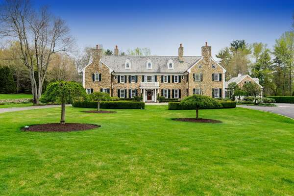 General Electric CEO Jeff Immelt and spouse Andrea have cut the listed price on their property at 705 West Road in New Canaan to $4.7 million with the 2017 spring selling season in the offing.