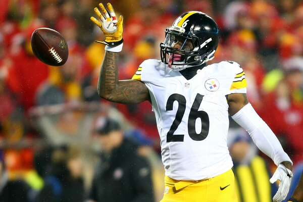 KANSAS CITY, MP - JANUARY 15:  Running back Le'Veon Bell #26 of the Pittsburgh Steelers tosses the ball forward after gaining a first down against the Kansas City Chiefs during the first quarter in the AFC Divisional Playoff game at Arrowhead Stadium on January 15, 2017 in Kansas City, Missouri.  (Photo by Dilip Vishwanat/Getty Images)