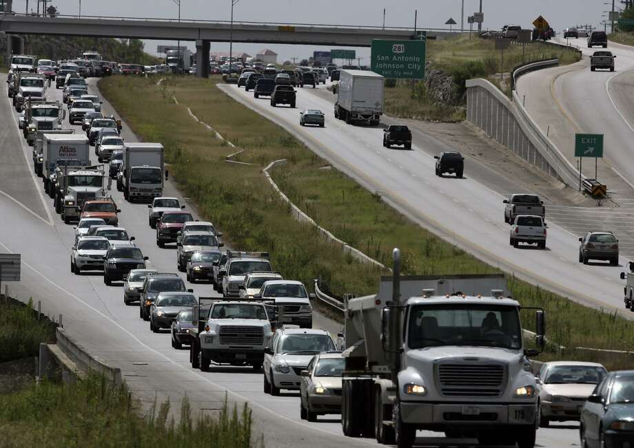 This is backed up traffic on Loop 1604 was in 2007 near the Gold Canyon exit just east of US 281 north. But, if anything, the congestion is likely even more severe 10 years later, another reason for toll roads on 1604. Photo: JOHN DAVENPORT /SAN ANTONIO EXPRESS-NEWS / SAN ANTONIO EXPRESS-NEWS