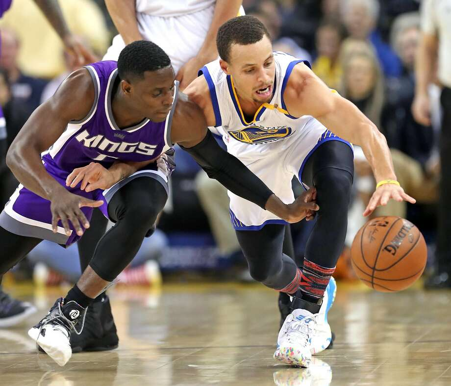 Golden State Warriors' Stephen Curry and Sacramento Kings' Darren Collison vie for a loose ball in 1st quarter during NBA game at Oracle Arena in Oakalnd, Calif., on Wednesday, February 15, 2017. Photo: Scott Strazzante, The Chronicle