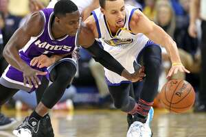 Golden State Warriors' Stephen Curry and Sacramento Kings' Darren Collison vie for a loose ball in 1st quarter during NBA game at Oracle Arena in Oakalnd, Calif., on Wednesday, February 15, 2017.