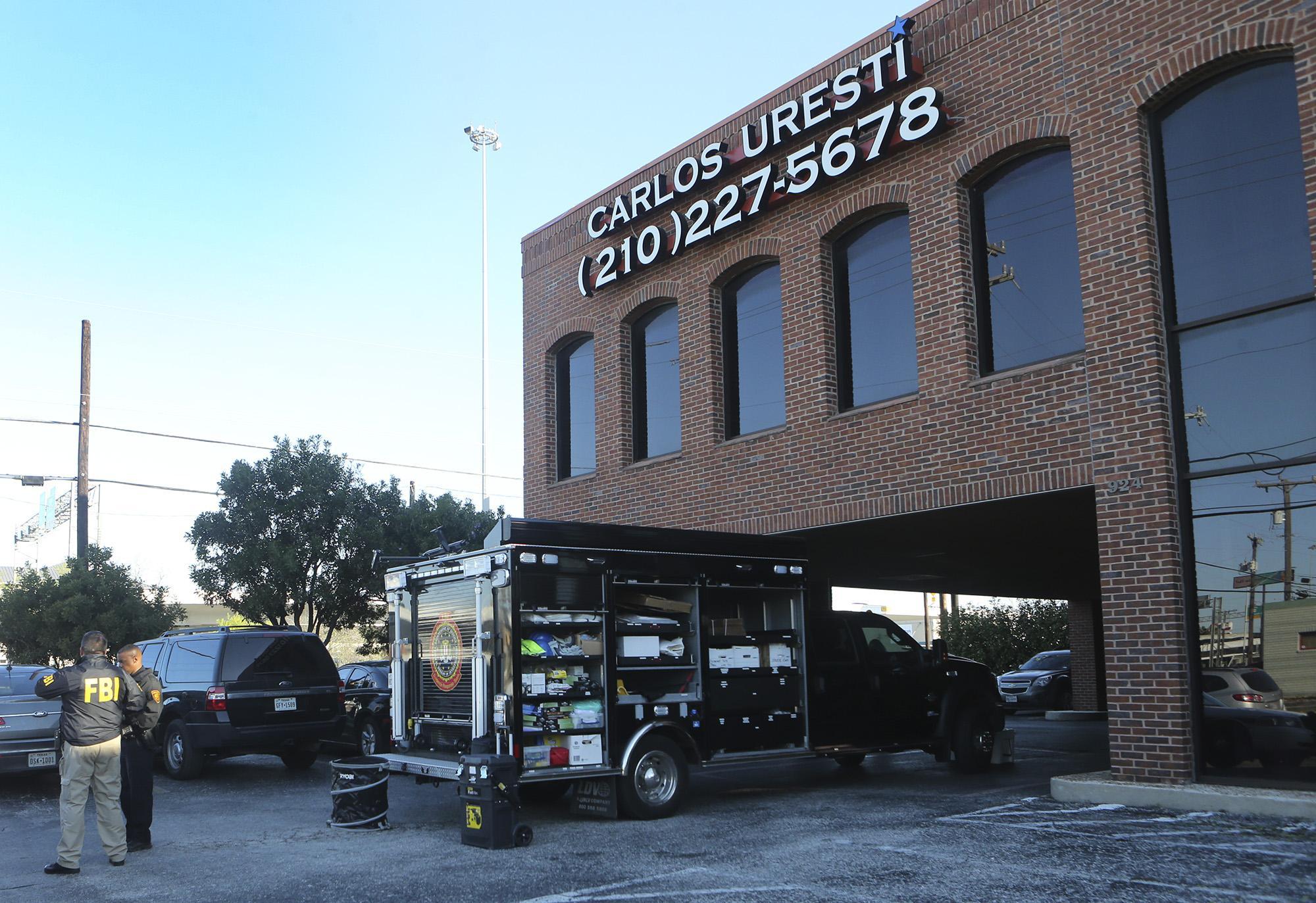 Officers Raiding Senator Uresti S San Antonio Law Office San Antonio Express News