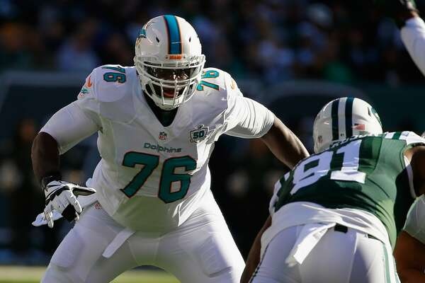 EAST RUTHERFORD, NJ - NOVEMBER 29:  Branden Albert #76 of the Miami Dolphins in action against the New York Jets during their game at MetLife Stadium on November 29, 2015 in East Rutherford, New Jersey.  (Photo by Al Bello/Getty Images)