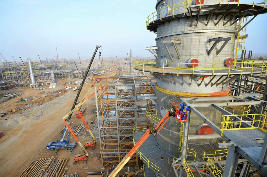 """Aramco's Jazan Refinery and Terminal Project was recognized by Hydrocarbon Processing magazine in its """"Top HPI Projects of 2016."""" Shown is the Jazan Refinery under construction. / copyright@2016 saudi aramco, all rights reserved"""