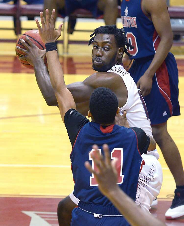 Center Deveino McRae will look for another strong performance against St. Mary's when the rivals square off Saturday at 5 p.m. It will be the final career home game for McRae and eight other seniors. Photo: Cuate Santos /Laredo Morning Times File / Laredo Morning Times