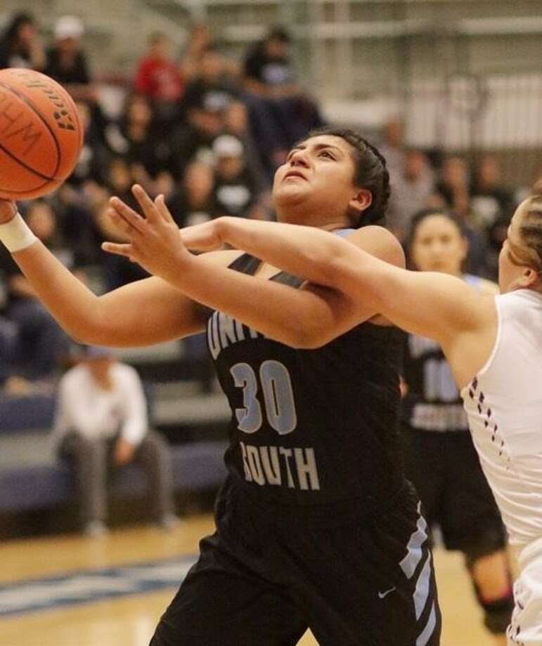 Evelyn Cruz and United South lost in the second round of the girls' basketball playoffs to Weslaco. Photo: Clara Sandoval / Laredo Morning Times