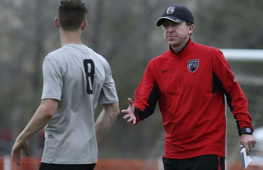 San Antonio FC coach Darren Powell (right) extends a hand to player Michael Reed (left) on Feb. 6, 2017 on the first day of training camp. Photo: John Davenport /San Antonio Express-News / ©San Antonio Express-News/John Davenport