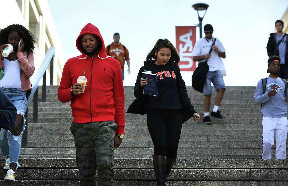 UTSA students head to classes on the main campus. Photo: Bob Owen /San Antonio Express-News / ©2017 San Antonio Express-News