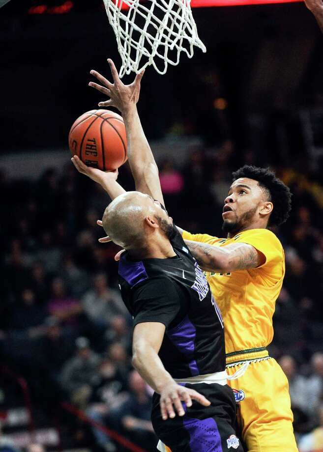 SienaOs Marquis Wright, scores against Niagara's Kahlil Dukes ,left, during the first half of an NCAA men's   college basketball game in Albany, N.Y., Saturday, Feb. 18, 2017. (Hans Pennink / Special to the Times Union)     ORG XMIT: HP104 Photo: Hans Pennink / Hans Pennink