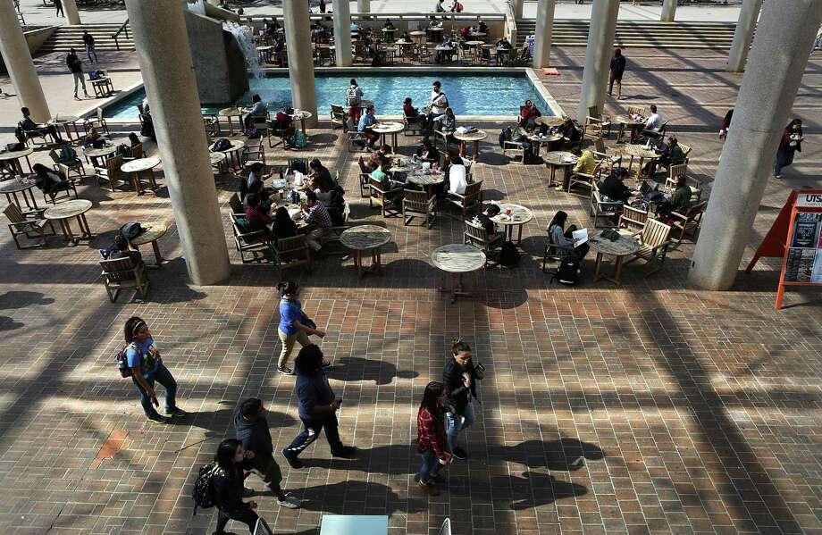 Students on their way to classes walk through the Sombrilla at the main UTSA campus on Friday, Feb. 17, 2017. Photo: Bob Owen, Staff / San Antonio Express-News / ©2017 San Antonio Express-News