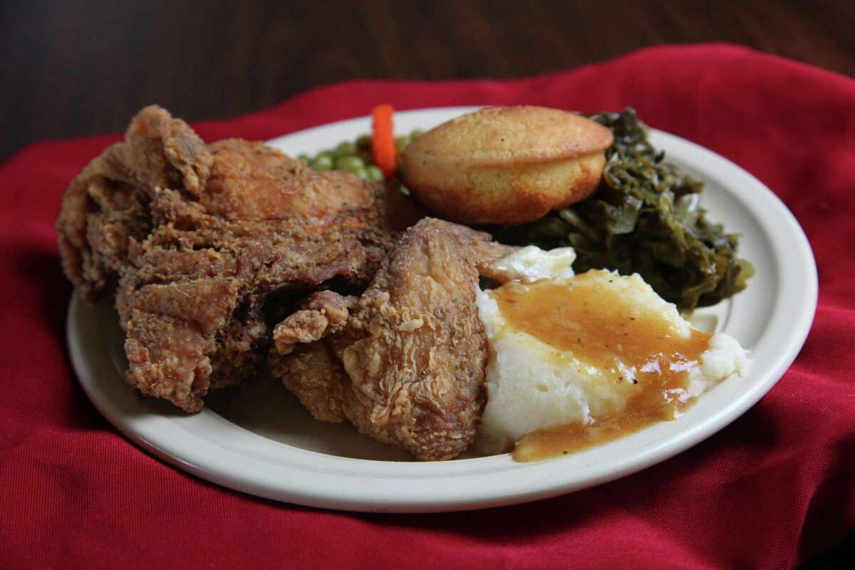 Fried chicken with mashed potatoes, green beans, green peas, carrots and cornbread.