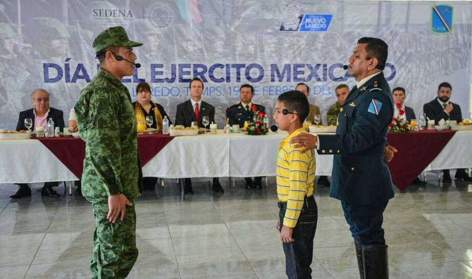 El domingo, se celebró el 104 aniversario de la creación del Ejército Mexicano en un salón de sus instalaciones ante funcionarios militares y municipales. En la imagen se presenta aun menor mostrando el respeto de la niñez neolaredense al Ejército Mexicano. Photo: Foto De Cortesía Gobierno De Nuevo Laredo