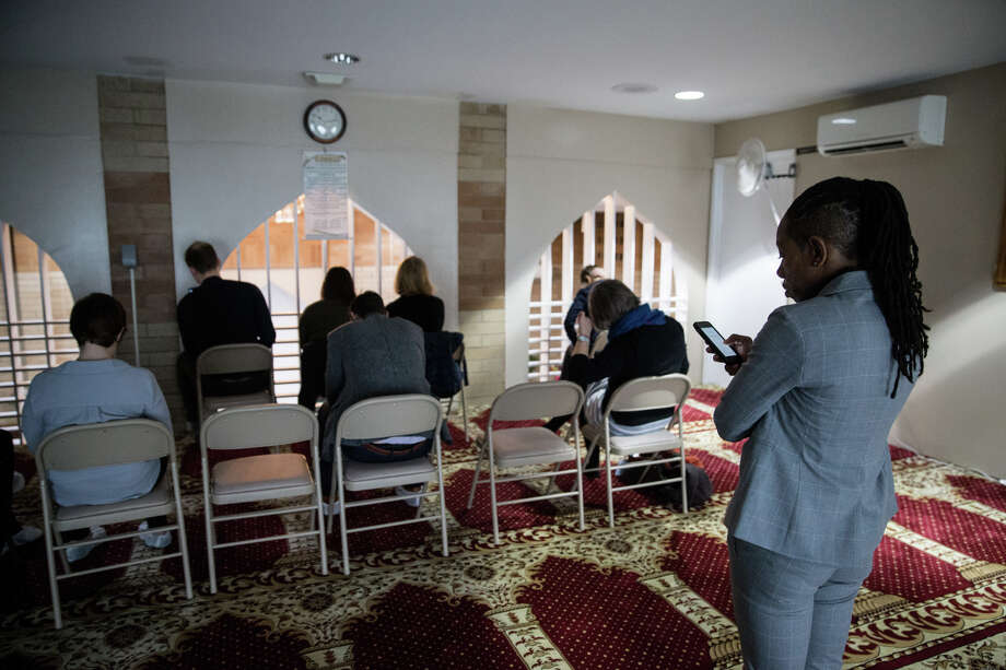 Aides check their phones as Mayor Ed Murray delivers the State of the City address at Idris Mosque on Tuesday, Feb. 21, 2017. Photo: GRANT HINDSLEY, SEATTLEPI.COM / SEATTLEPI.COM