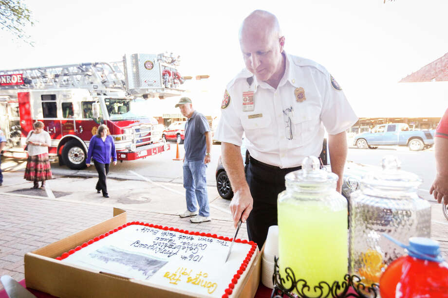 Conroe Fire Chief Ken Kreger cuts the cake during the Fire of 1911 Commemoration on Tuesday, Feb. 21, 2017, in front of the Montgomery County Courthouse. Photo: Michael Minasi, Staff Photographer / © 2017 Houston Chronicle