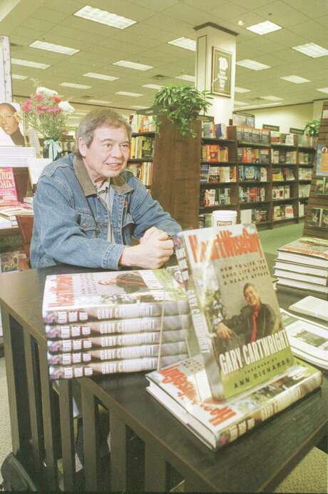 Gary Cartwright signs books at a Houston Barnes & Noble in 1998. Photo: Steve Campbell, Houston Chronicle / Houston Chronicle