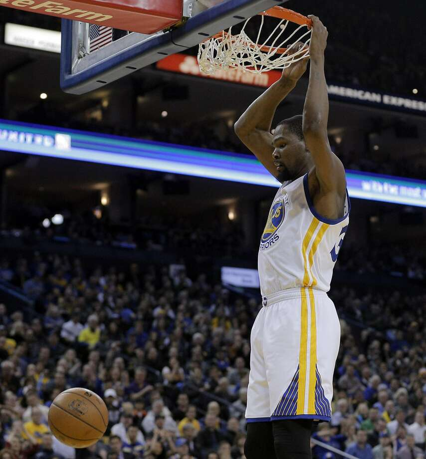 Kevin Durant (35) dunks in the first half as the Golden State Warriors played the Los Angeles Clippers at Oracle Arena in Oakland, Calif., on Thursday, February 23, 2017. Photo: Carlos Avila Gonzalez, The Chronicle