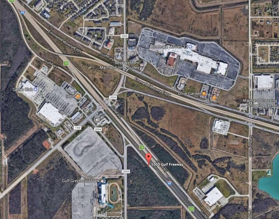 Block Earth Texas : Police trying to identify body found along gulf freeway in