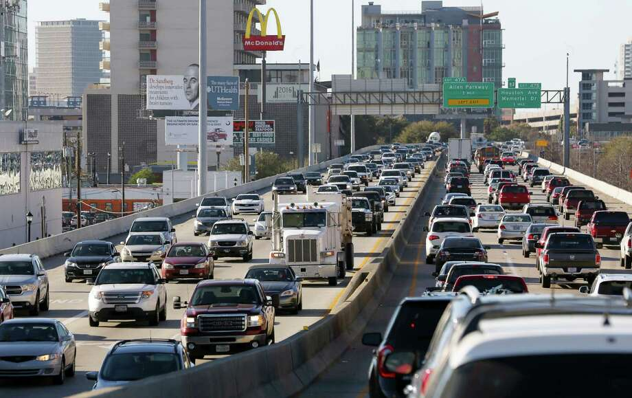 Traffic creeps along Interstate 45 where it is elevated near Pierce Street in downtown Houston on Feb. 23. Photo: Yi-Chin Lee, Staff / © 2017  Houston Chronicle