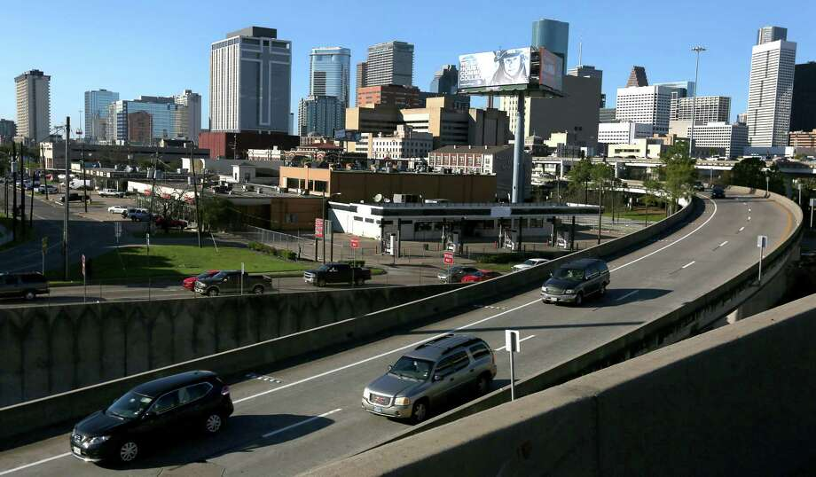 Traffic flows along Interstate 45 southbound leaving Houston's central business district during afternoon rush hour on Feb. 23, east of the Pierce Elevated. Photo: Yi-Chin Lee, Staff / © 2017  Houston Chronicle