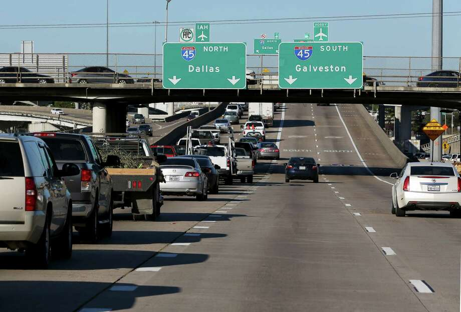 Traffic merges left to access Interstate 45 from northbound Interstate 69/U.S. 59 south of Houston's central business district on Feb. 23. Photo: Yi-Chin Lee, Staff / © 2017  Houston Chronicle