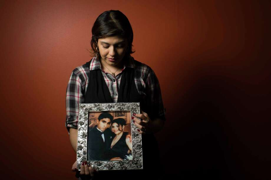 Rose Marie Ascencio-Escobar, 30, holds a photo of her husband Jose Escobar, 31.. Photo: Marie D. De Jesus, Houston Chronicle / © 2017 Houston Chronicle