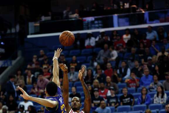 Rockets forward Trevor Ariza shoots over Pelicans forward Anthony Davis during Thursday's rout.
