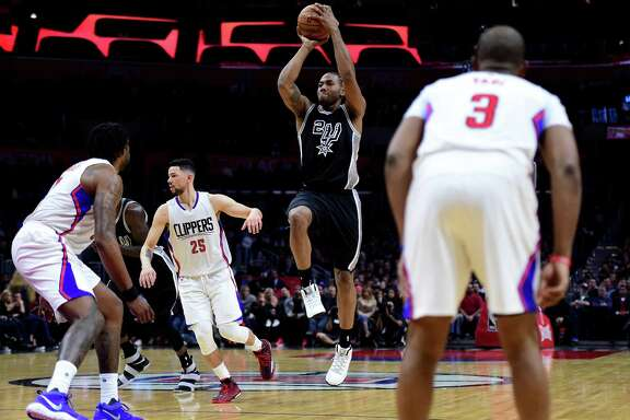 LOS ANGELES, CA - FEBRUARY 24:  Kawhi Leonard #2 of the San Antonio Spurs shoots during a 105-97 Spurs win over the LA Clippers at Staples Center on February 24, 2017 in Los Angeles, California.  NOTE TO USER: User expressly acknowledges and agrees that, by downloading and or using this photograph, User is consenting to the terms and conditions of the Getty Images License Agreement.  (Photo by Harry How/Getty Images)