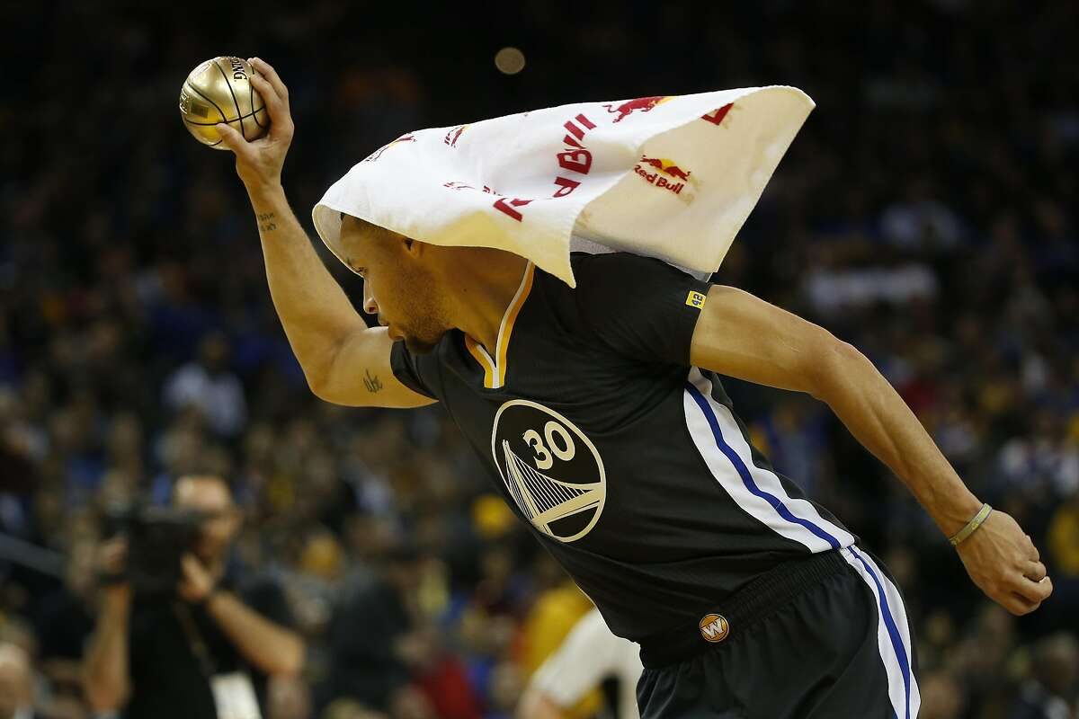 Stephen Curry (30) of the Golden State Warriors makes an assist during an on-court contest in the fourth quarter of his NBA basketball game against the Brooklyn Nets at Oracle Arena in Oakland, Calif. on Saturday, Feb. 25, 2017. The Warriors defeated the Nets 112-95.
