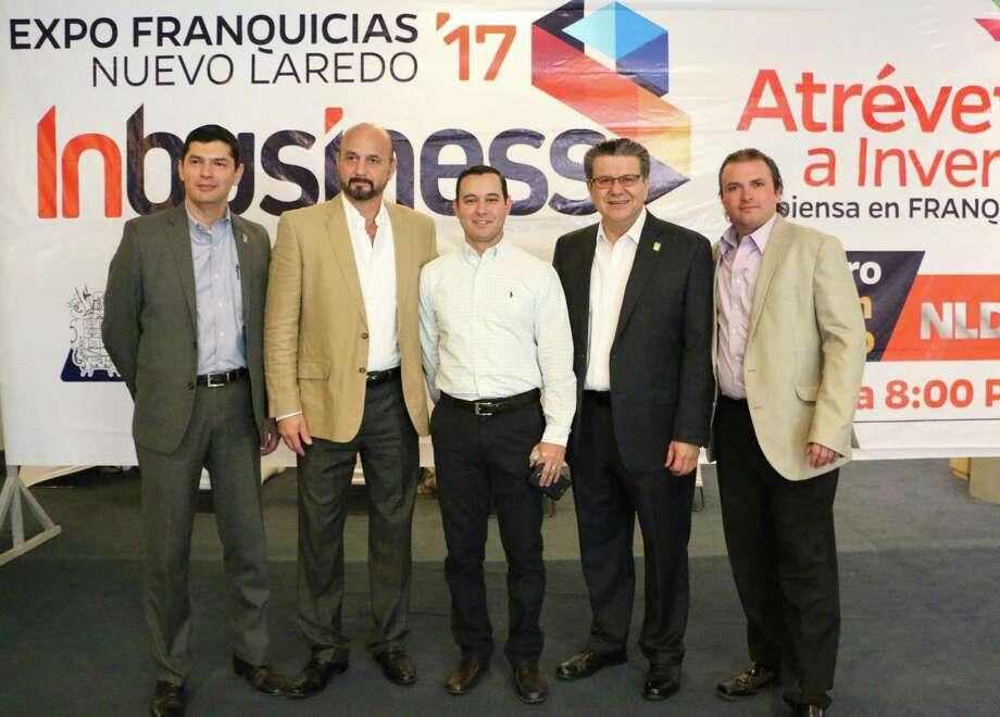 Carlos W. Talancón, segundo desde izquierda y Edgardo Pedraza Quintanilla, al centro, junto a otros funcionarios realizaron mesa de trabajo para fortalecer la economía local. Photo: Foto De Cortesía|Gobierno De Nuevo Laredo