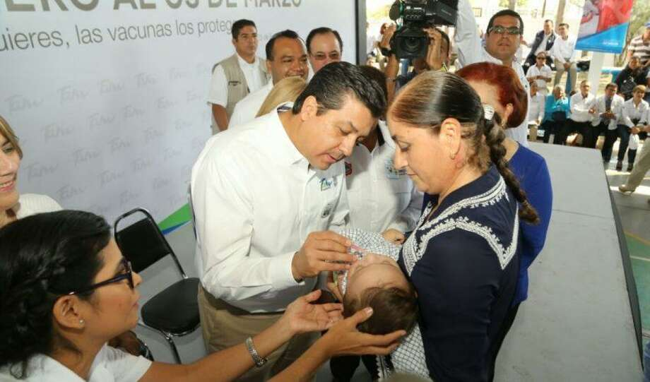 El gobernador de Tamaulipas, México, Francisco Javier García Cabeza de Vaca, acompañado de funcionarios estatales, aplica una vacuna a un menor dentro del arranque de la Primera Semana Nacional de Salud 2017, llevado a cabo en Tampico, el sábado. Photo: Foto De Cortesía|Gobierno De Tamaulipas